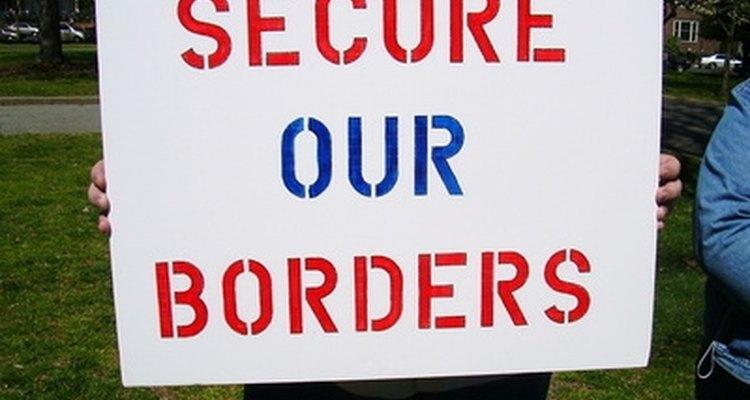 Los inmigrantes ilegales que trabajan en Estados Unidos generan efectos positivos y negativos en la economía del país.