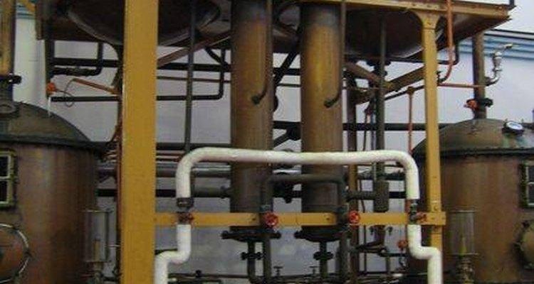 Destilería industrial para la fabricación de brandy.