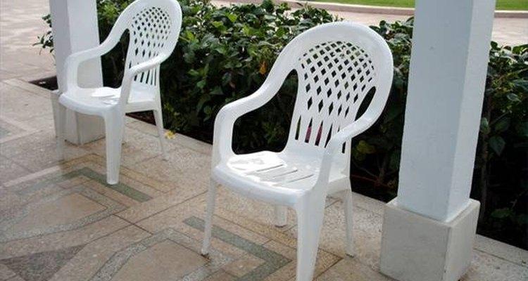 Un juego de sillas de jardín.