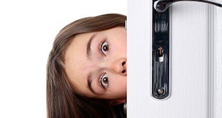Conserte uma porta que se fecha sozinha