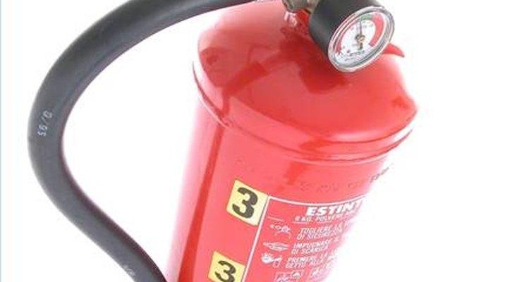 Um extintor de incêndio comumente encontrado