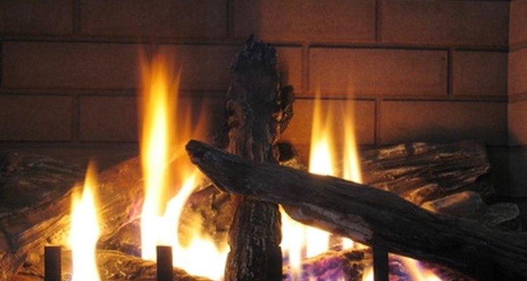 Una chimenea a gas es una vista acogedora después de un largo día de frío invierno.