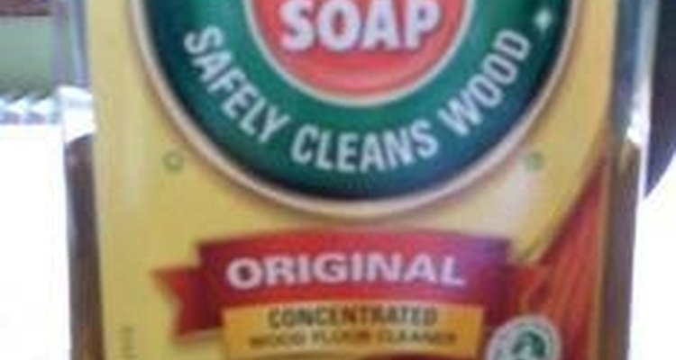 Frota el suelo con el jabón en aceite Murphy.