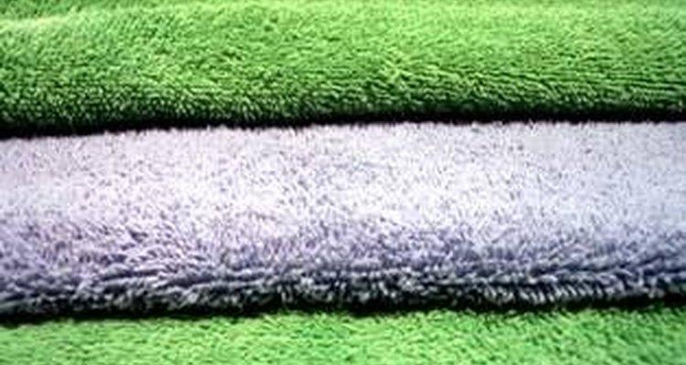 Seca los excesos de agua en el suelo con las toallas.