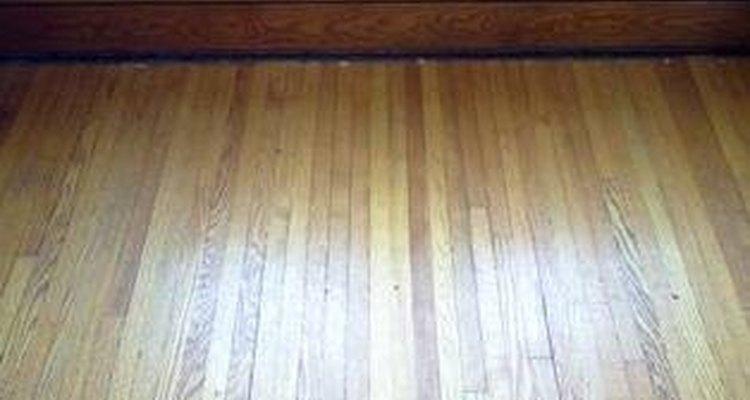 Piso de madera encontrado debajo de la alfombra.