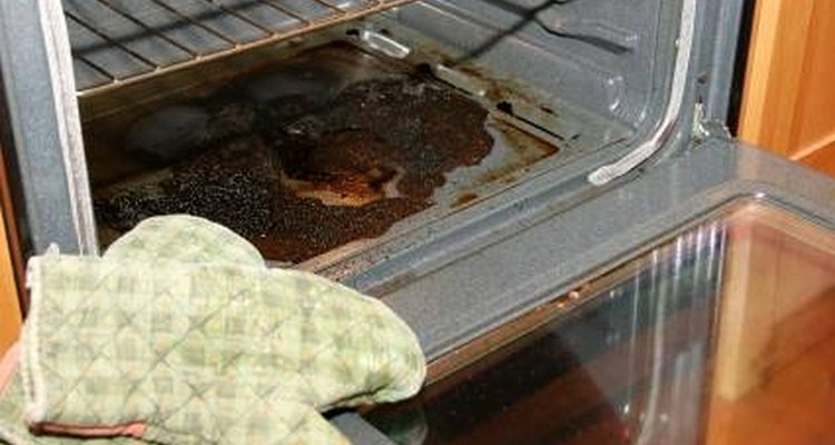 Comida queimada derramada no forno