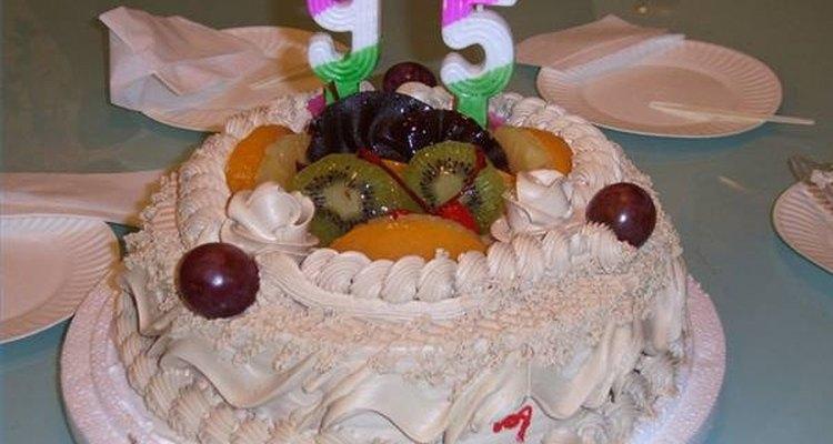 Siguiendo unos simples pasos, puedes hornear un pastel atractivo y delicioso.