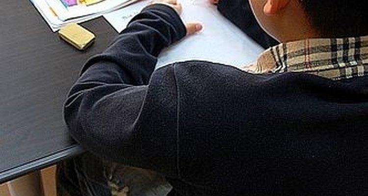 Un joven estudiante coreano estudiando inglés.
