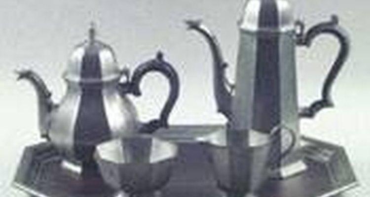 Antigos conjuntos de chá de estanho são belas peças decorativas