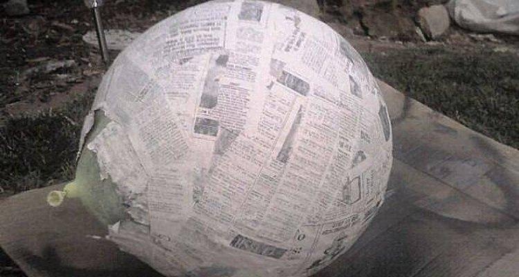 Aplique as tiras de jornal, mergulhadas na pasta de farinha, sobre a bexiga
