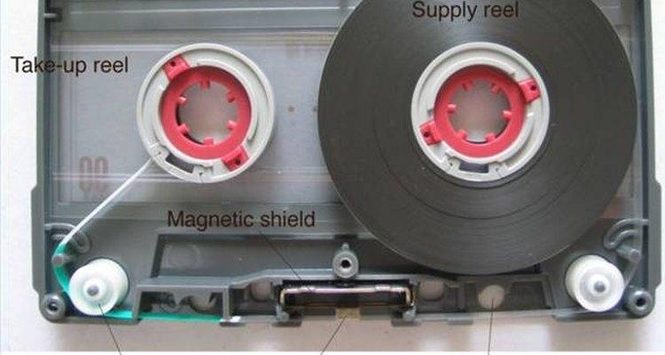 A fita cassete usa fitas magnéticas para gravar sinais analógicos