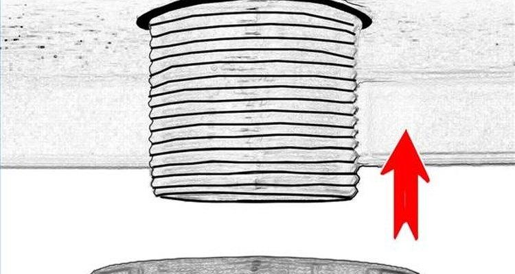 Aperte o conjunto formado pela bacia e a saída de drenagem ao lavatório