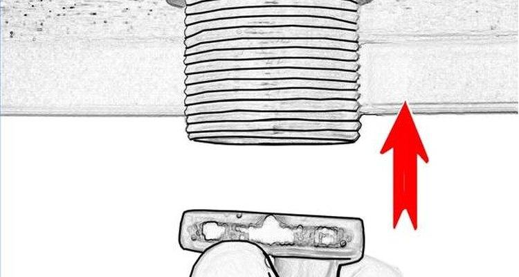 Prenda a tubulação de drenagem à saída de drenagem da bacia