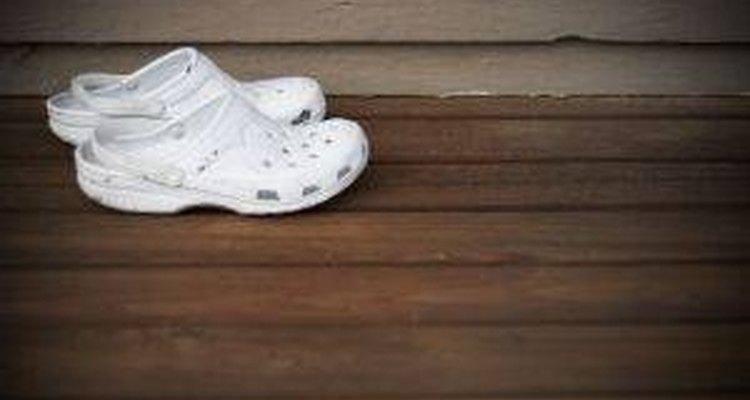 Crocs blancos.