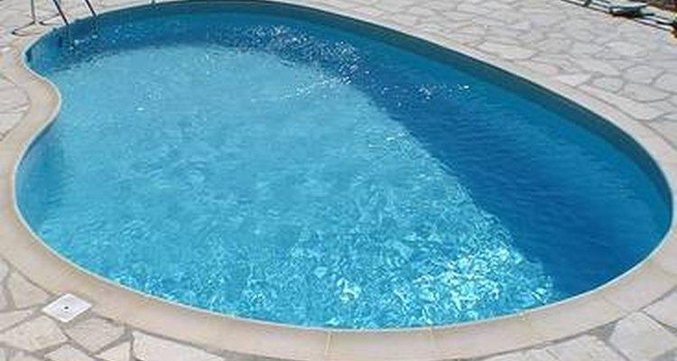 Las manchas de hierro pueden ocurrir naturalmente o por objetos dejados en la piscina.