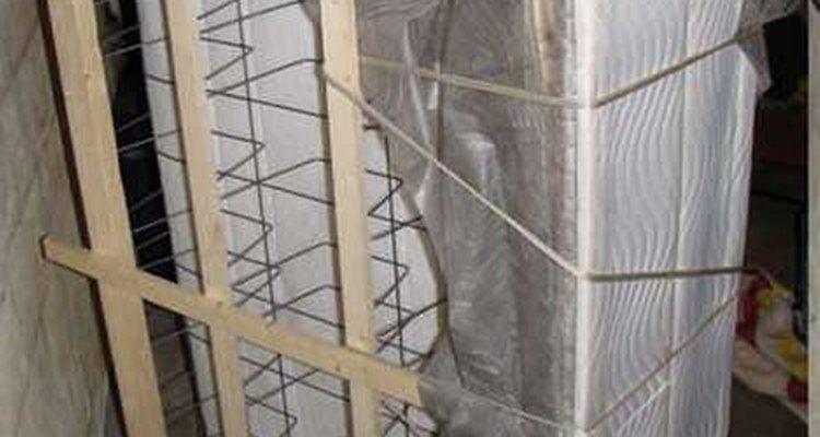 Após desmontar e dobrar a base, ela se parecerá com a imagem ao lado e poderá ser carregada através das escadas e portas