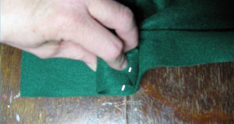 Utilize alfinetes para fixar o feltro ao redor do tubo