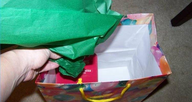 Coloque o papel na sacola sem descer muito