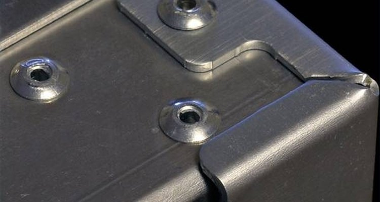 Rebites pop fixados em metal