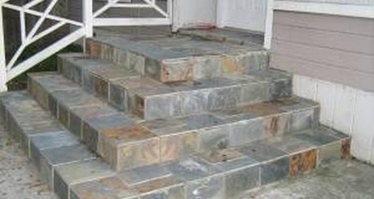 Escada de concreto com acabamento em ardósia