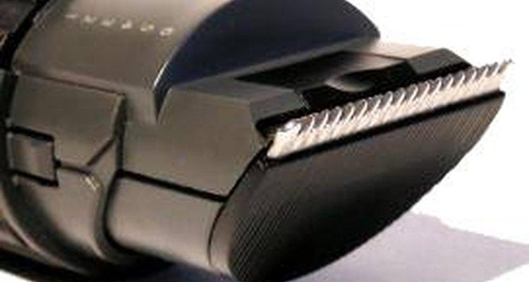 Los pequeños trozos de pelo quedan incrustados en las hojas de la maquina de afeitar y disminuyen la eficiencia y la suavidad de la afeitada.