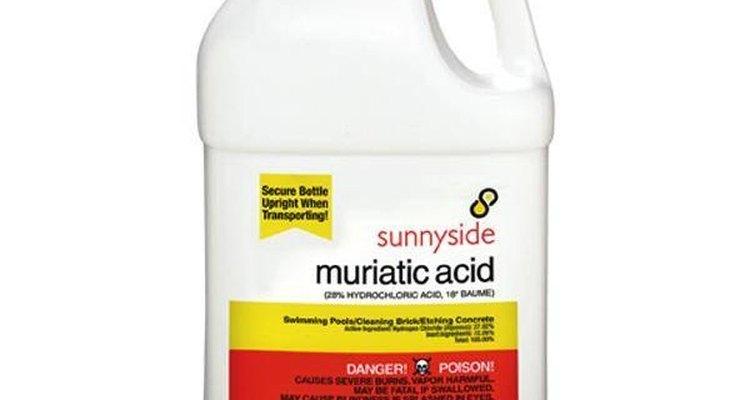 Ácido muriático misturado com água remove a tinta epóxi do chão de concreto