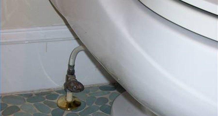 Desligue a válvula de alimentação de água do vaso sanitário