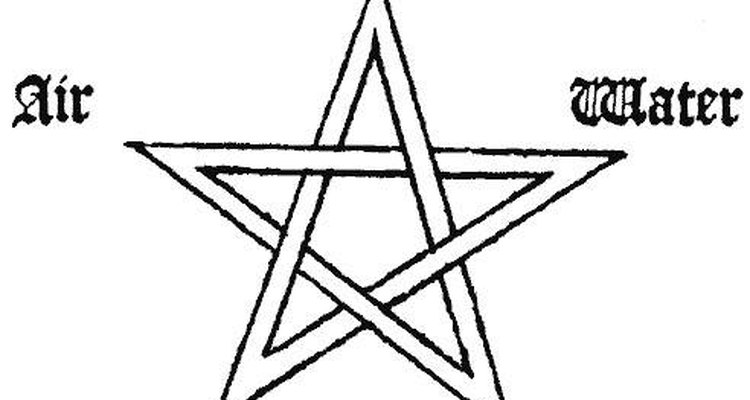 Na crença pagã, as pontas significam os cinco materiais terrestres: espírito, terra, ar, fogo e água