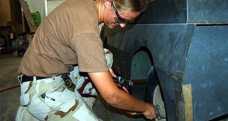 A pressão apropriada para um Jeep Liberty é de 33 PSI para os pneus dianteiros e traseiros