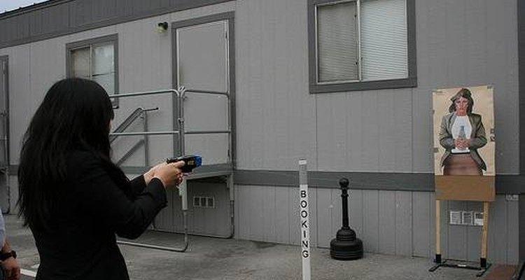 El arma dispara dos sondas de metal que emiten una carga eléctrica.