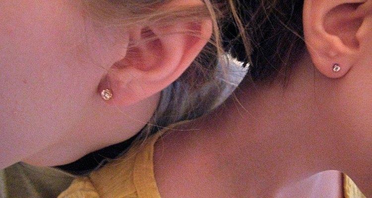 Es recomendable perforarse las orejas con un profesional.
