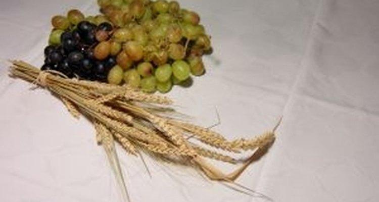 O trigo e uvas representam abundância
