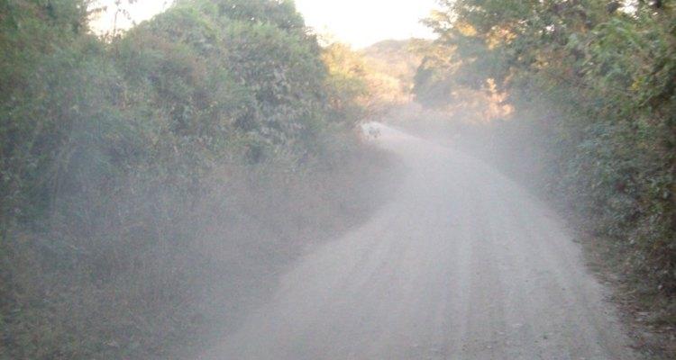 Poeira é problema em estradas de cascalho