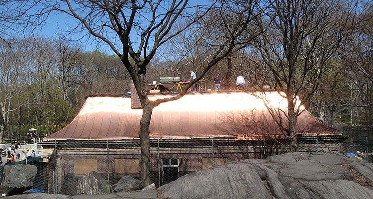 Los techos de metal pueden durar fácilmente durante décadas con poco mantenimiento.