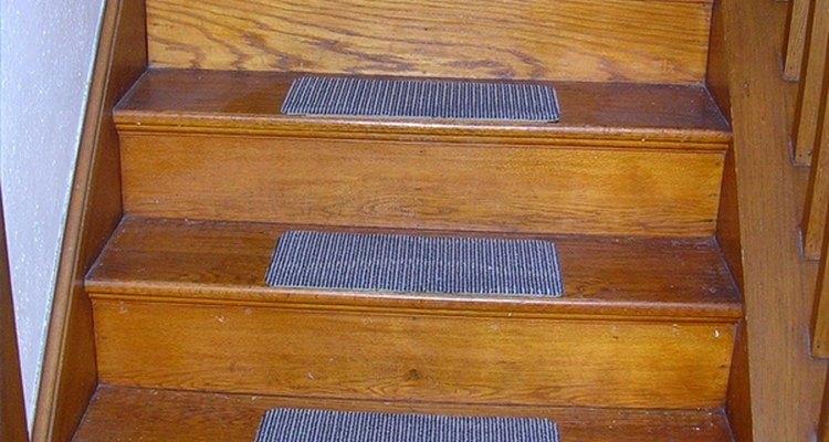 Una escalera de madera restaurada.