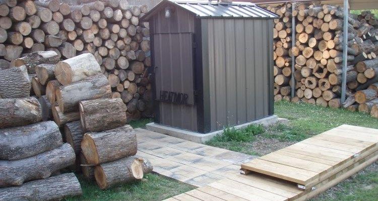 Um forno ao ar livre e pilhas de lenha
