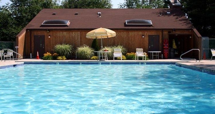Mantén a tu piscina limpia comprobando el pH frecuentemente.