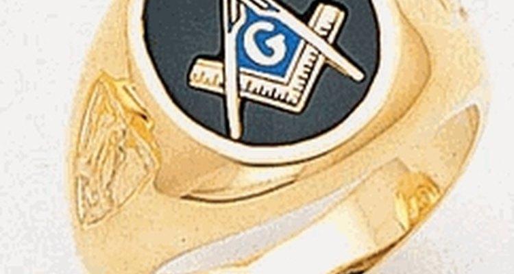 Los hombres casados lo usan en el tercer dedo de la mano opuesta del anillo de casamiento.