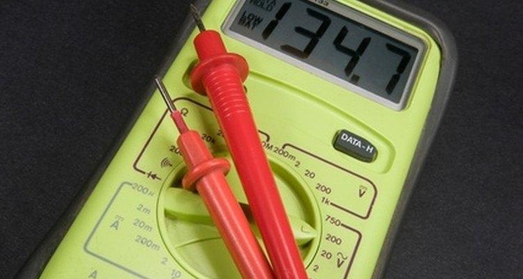El multímetro digital es el mejor instrumento de prueba para utilizar cuando se trabaja con diodos de potencia de silicio. Algunos metros, como éste, tienen una prueba de diodos incorporado, como se indica por el símbolo del diodo.