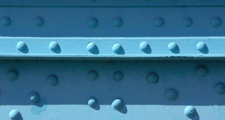 Los remaches de aluminio sólido aseguran dos o más piezas.