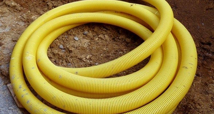 os tubos perforados de drenaje están hechos de plástico debido a su flexibilidad.