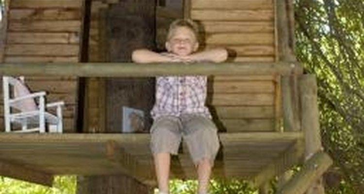 Una casa de árbol puede ser un lugar divertido y seguro para que jueguen los niños.