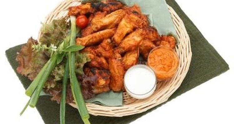Las alas de pollo caliente son servidas con queso azul.