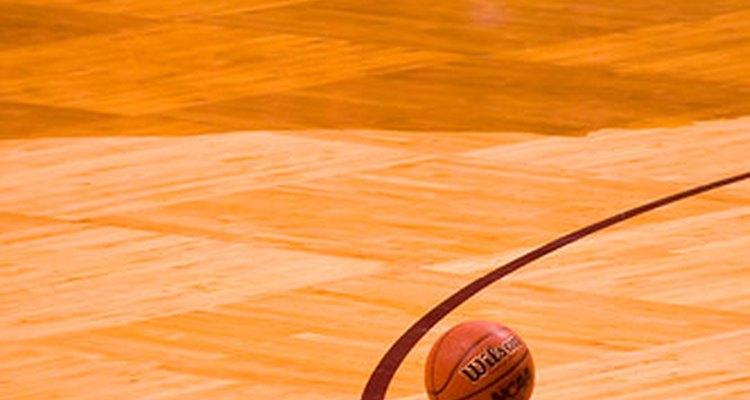 Uma bola de basquete em uma quadra