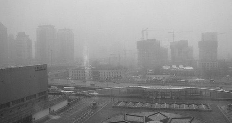 A espessa nuvem de poluição em áreas industrializadas podem pairar sobre a tundra, onde é absorvida pelos líquens