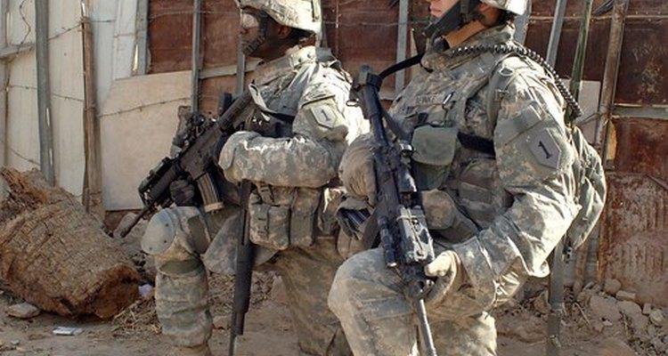 Los uniformes y la insignia indican que este personal sirve al ejército.
