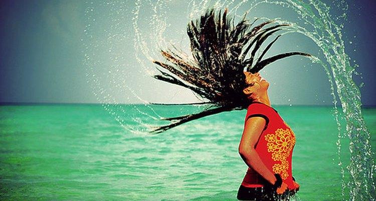 La absorción y la adsorción son propiedades claves del cabello.