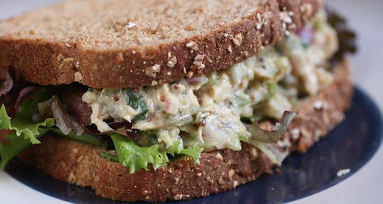 Sanduíches de salada de peru são pobres em proteína, mas ricos em nutrição
