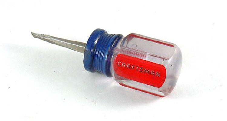 Un destornillador es una herramienta de mano.