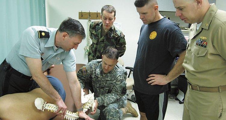 Un médico demostrando el ajuste vertebral.
